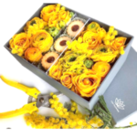 La scatola con fiori e biscotti di i do flowers a domicilio con cosaporto