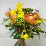 mazzo di fiori esotici e mimosa